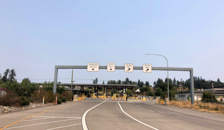 Canadian border crossing sign